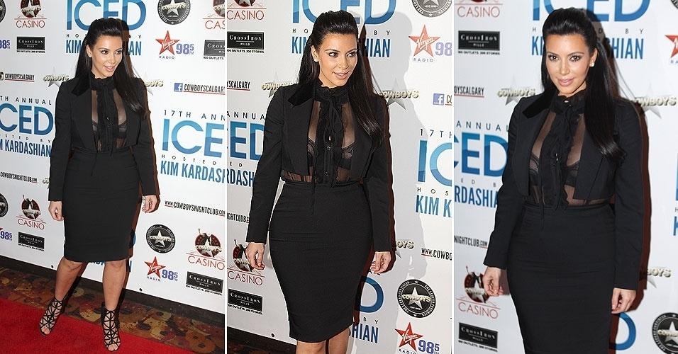 4.jan.2013 - Grávida de Kanye, Kim Kardashian exibe seus contornos e o decote generoso em um evento em Calgary, no Canadá