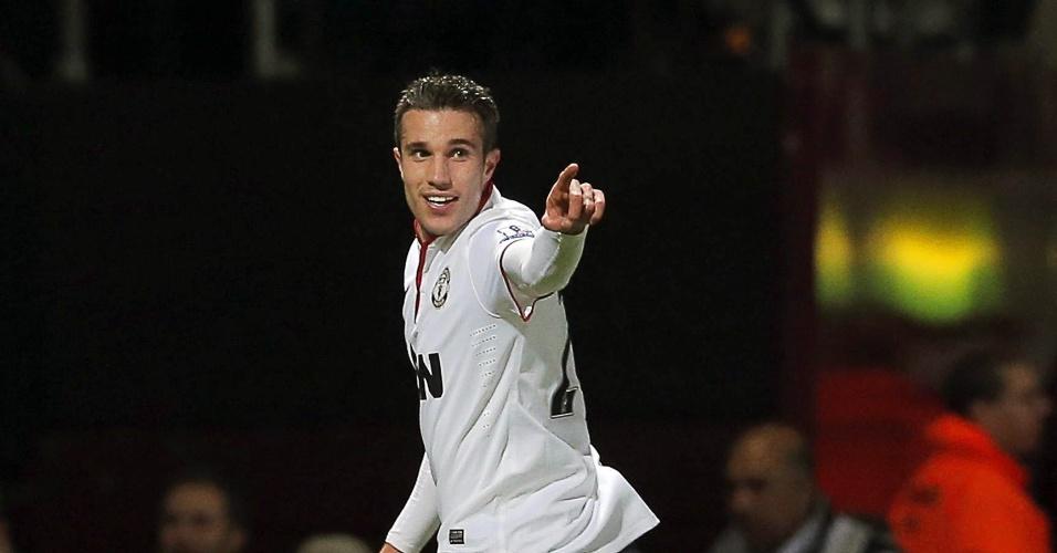 Robin Van Persie comemora gol de empate do Manchester United e West Ham pela Copa da Inglaterra; partida terminou empatada por 2 a 2
