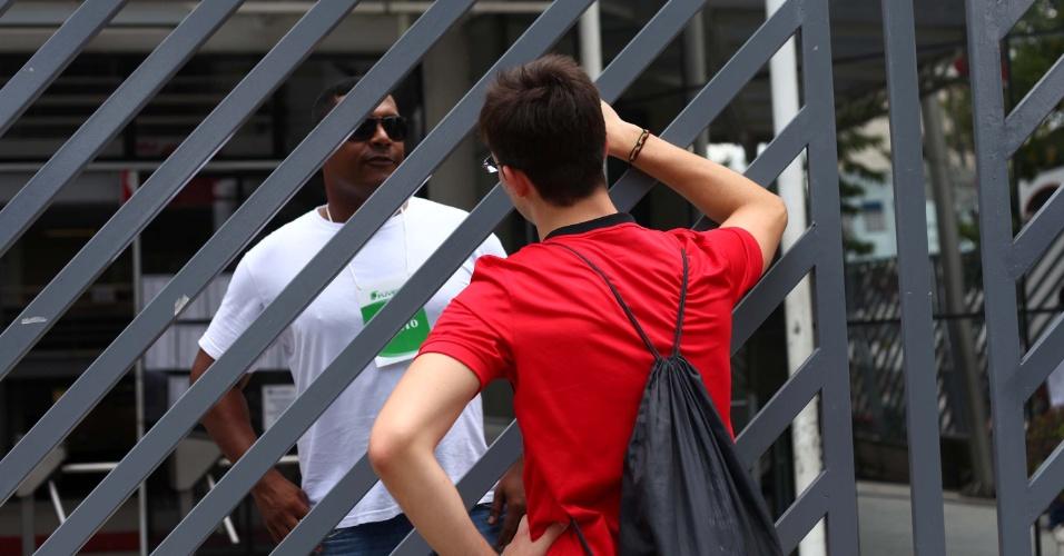06.jan.2013 - O estudante Thiago lamenta ter perdido o horário para realizar a segunda fase da Fuvest para educação física, na FMU, Campus Liberdade, em São Paulo (SP), na tarde deste domingo (06). Thiago chegou 10 minutos atrasado e encontrou os portões já fechados