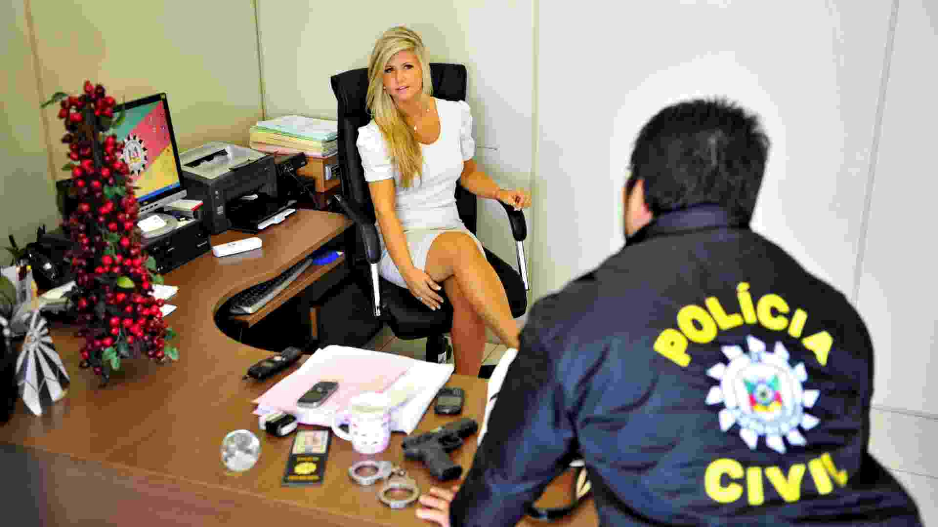 13.dez.2012 - A delegada de polícia de Taquara (RS), Andréia Nicotti, conversa com um policial. A partir do ingresso, em 2010, de 66 delegadas na Polícia Civil do Rio Grande do Sul, o número de mulheres no cargo saltou de 14% para 27,6% no Estado, totalizando atualmente 144 delegadas - Adriana Franciosi/Agência RBS