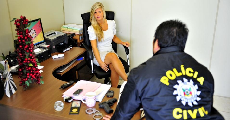 Image result for foto de mulher gostosa na delegacia