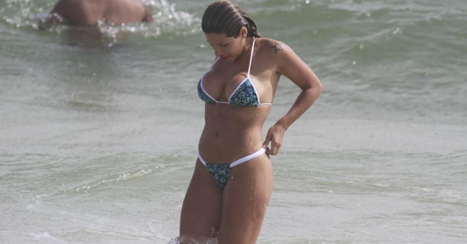 6.jan.2013 - Ana Paula Minerato, musa da Gaviões da Fiel, se refresca do calor tomando um banho de mar no Rio de Janeiro