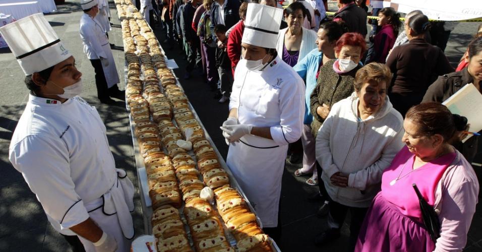 6.jan.2013 - Centenas de pessoas experimentam um Bolo Rei de 1.200 metros distribuído na Praça Guadalajara, em Guadalaraja (México). O bolo, feito tradicionalmente durante a celebração cristã do Dia de Reis, foi dado para os pedestres que passavam pelo local