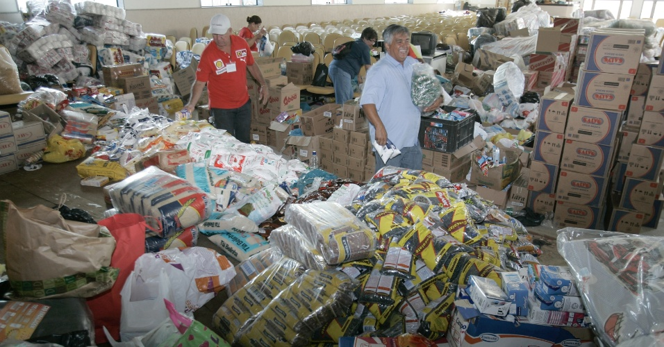 6.jan.2013 - Pessoas entregam donativos em um centro de Xerém, distrito de Duque de Caxias, na Baixada Fluminense. Segundo balanço da Defesa Civil, as enchentes deixaram mais de 2.500 desabrigados e desalojados no Estado