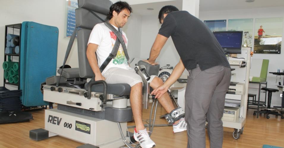 Meia chileno Valdivia, do Palmeiras, durante testes físicos realizados no Chile