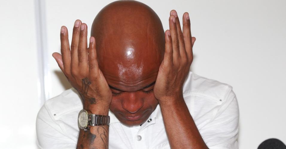 07.jan.2012 - Volante Marcos Assunção chora ao falar do fim de seu contrato com o Palmeiras