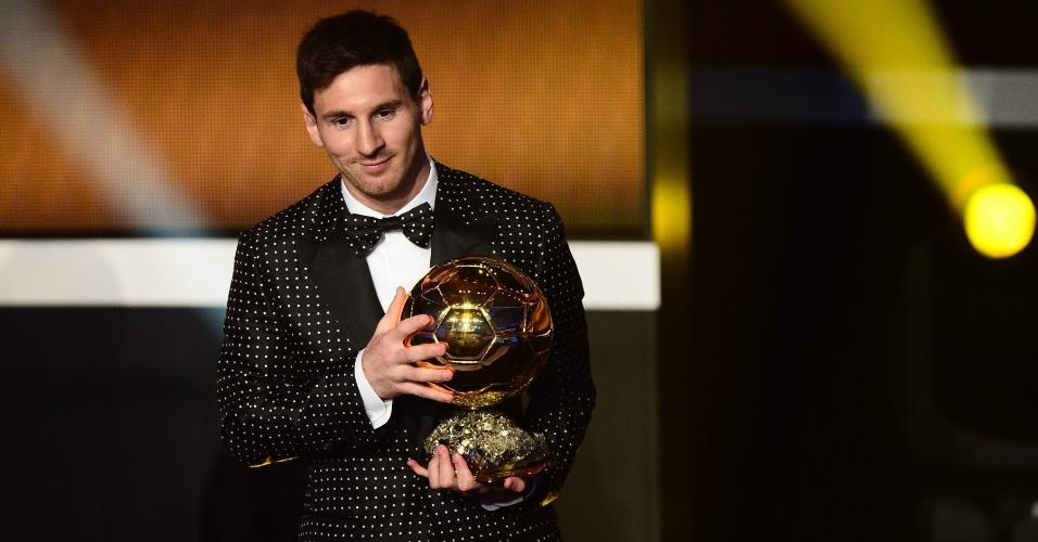 07.jan.2012- Messi exibe prêmio de melhor jogador do mundo de 2012. É o quarto ano consecutivo que o argentino ganha a eleição da Fifa.