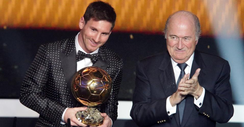 07.jan.2013- Ao lado do presidente da Fifa, Joseph Blatter, Messi exibe prêmio de melhor jogador do mundo em 2012
