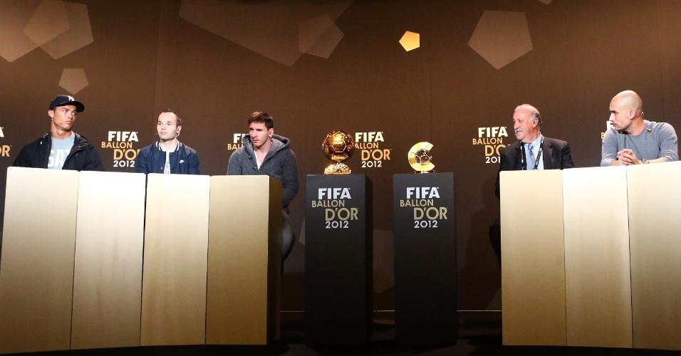07.jan.2013- Lado a lado, concorrentes da Bola de Ouro e ao prêmio de melhor técnico de 2012 participam de entrevista coletiva