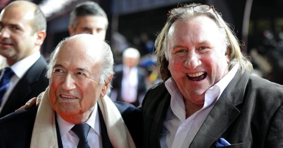 07.jan.2013- Presidente da Fifa, Joseph Blatter chega ao troféu Bola de Ouro ao lado do ator francês Gérard Depardieu (d.)