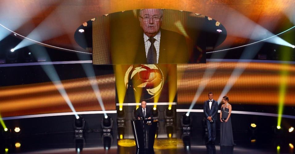 07.jan.2013- Presidente da Fifa, Joseph Blatter sobe ao palco do prêmio Bola de Ouro 2012 para o discurso inicial