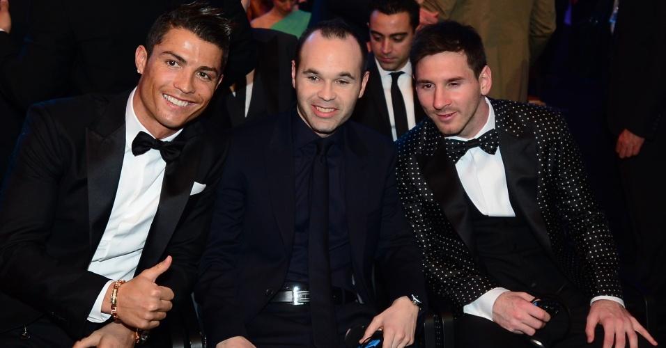 07.jan.2013-Candidatos ao prêmio Bola de Ouro da Fifa, Cristiano Ronaldo, Andres Iniesta e Lionel Messi posam para foto na plateia da cerimônia de premiação