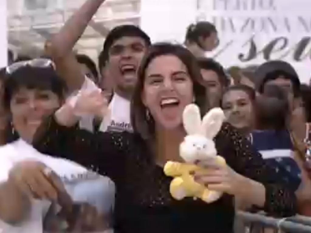07.janeiro.2013 - A ex-BBB Laisa pega coelho de pelúcia para mostrar torcida por André Coelho, do