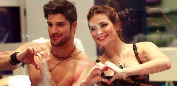 Na casa de vidro, Marcello e Kamilla posam para fotos do público fazendo corações com as mãos