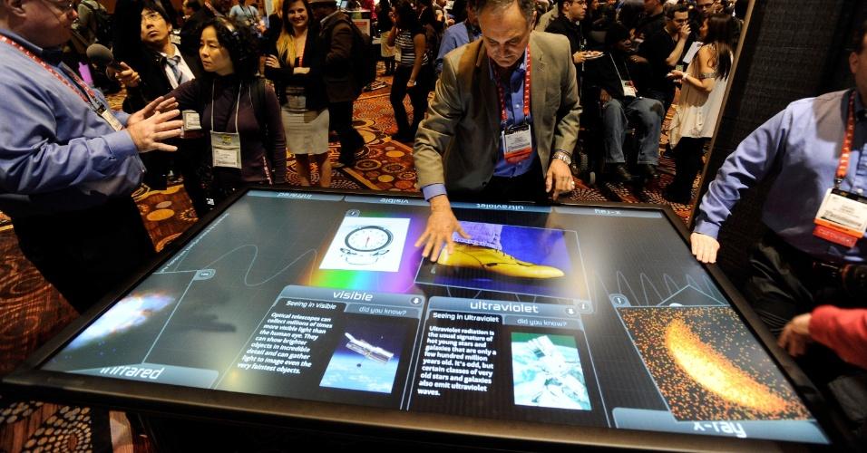 6.jan.2013 - Antes da abertura da feira, a empresa 3M apresentou uma ''mesa'' sensível ao toque com 84 polegadas; não há informações sobre data de lançamento ou preço do produto
