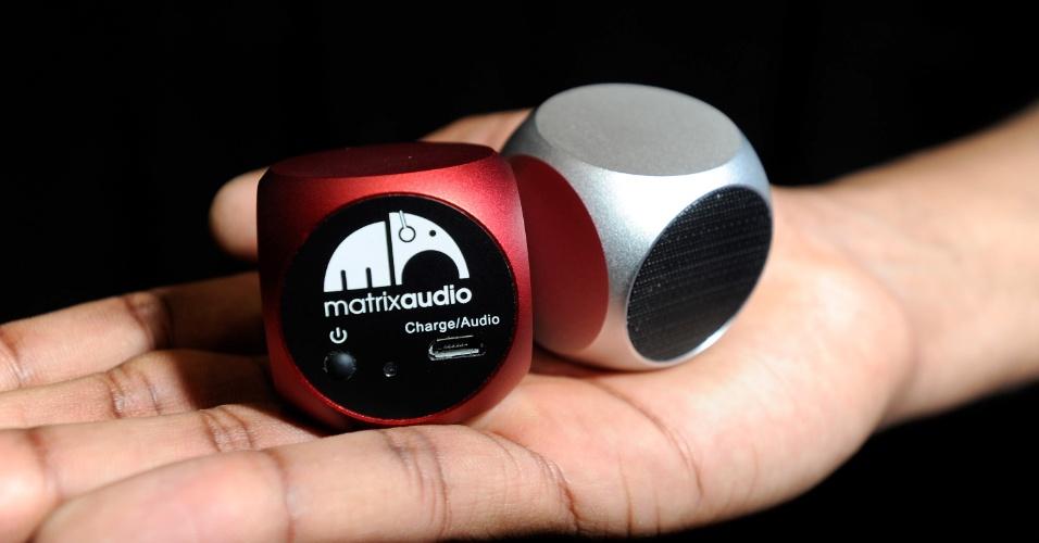 6.jan.2013 - Antes da abertura da feira, a empresa Matrix Audio exibiu os alto-falantes portáteis Qube. O produto é vendido por US$ 50 (cerca de R$ 100)