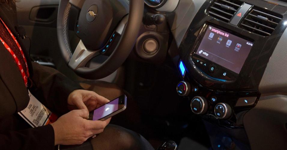 6.jan.2013 - Antes da abertura da feira, a MyLink exibiu um sistema de bordo que se conecta ao telefone celular do motorista