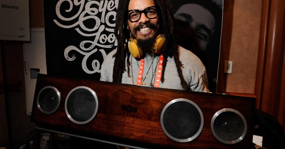6.jan.2013 - Antes da abertura da feira, Rohan Marley (filho de Bob Marley e ex-noivo da modelo brasileira Isabeli Fontana), exibiu os produtos da empresa House of Marley. O sistema de alto-falantes acima custa US$ 800 (cerca de R$ 1.630)