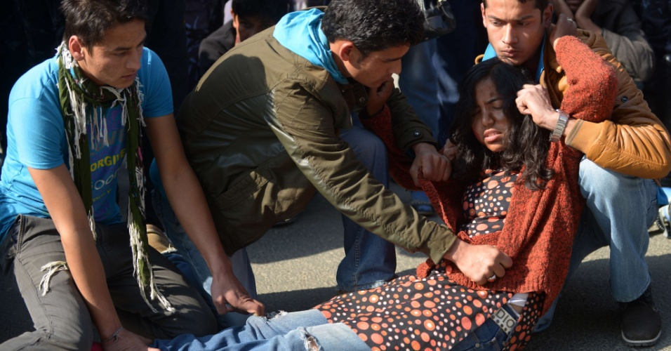6.jan.2013 - Ativistas nepaleses realizam dramatização em um protesto contra o estupro coletivo de uma estudante de 23 anos, próximo à casa do primeiro ministro, em Katmandu, na Índia, no domingo (6). Evidências sobre a incompetência da polícia, depois que o namorado da vítima, única testemunha do estupro, contou detalhes do ato de violência, levantou uma nova onda de protestos sobre o caso