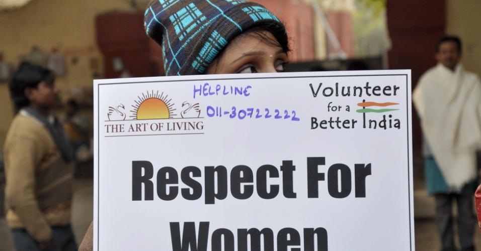 6.jan.2013 - Indiana segura cartaz durante uma reunião de oração em memória à vítima de estupro coletivo, em Nova Déli, Índia, no sábado (5). Evidências sobre a incompetência da polícia, depois que o namorado da vítima, única testemunha do estupro, contou detalhes do ato de violência, levantou uma nova onda de protestos sobre o caso
