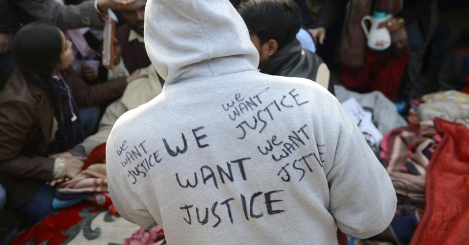 6.jan.2013 - Indiano protesta usando uma jaqueta com a frase ?nós queremos justiça?, durante uma manifestação contra a gangue de cinco homens que estuprou uma jovem de 23 anos, em Nova Déli, na Índia. Evidências sobre a incompetência da polícia, depois que o namorado da vítima, única testemunha do estupro, contou detalhes do ato de violência, levantou uma nova onda de protestos sobre o caso