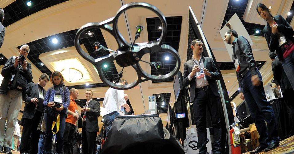 6.jan.2013 ? Antes da abertura da feira, a empresa Parrot exibiu um drone (equipamento que voa) com quatro rotores (mecanismo giratório com as hélices). O produto já está no mercado