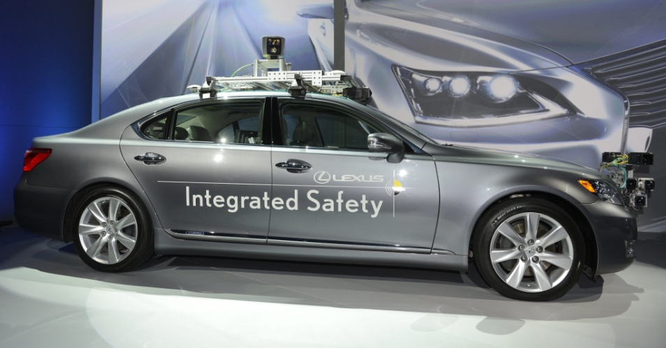 7.jan.2013 - A Lexus, marca topo de linha da fabricante japonesa Toyota, apresentou durante a CES 2013 um carro autônomo. Apesar de não querer fazer um carro que substitua integralmente os motoristas, a companhia afirma que este tipo de função (não precisar de um motorista para dirigir) funcionará mais como um copiloto inteligente