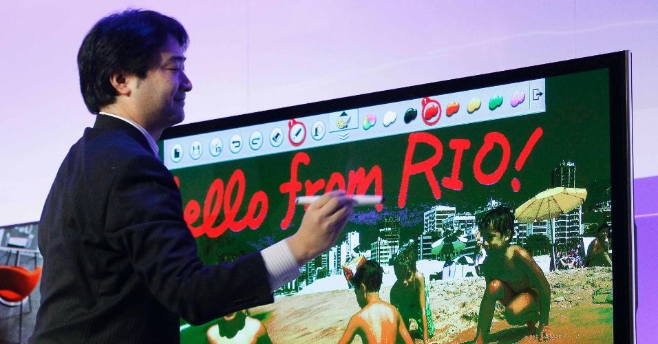 7.jan.2013 - Executivo da Panasonic exibe funcionalidade de TV da marca que permite transformá-la em lousa digital e que ela sirva de interface para edição de imagens.  O acessório que permite usar os recursos é vendido separadamente e chama-se Touch Pen