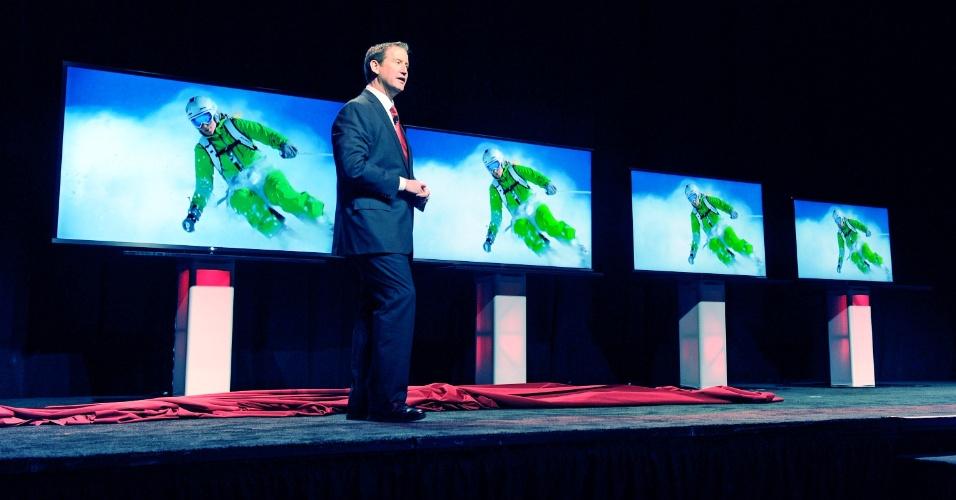 7.jan.2013 - John Herrington, diretor da Sharp, apresenta novos televisores da empresa durante o dia de eventos para a imprensa; feira vai de 8 a 11 de janeiro em Las Vegas