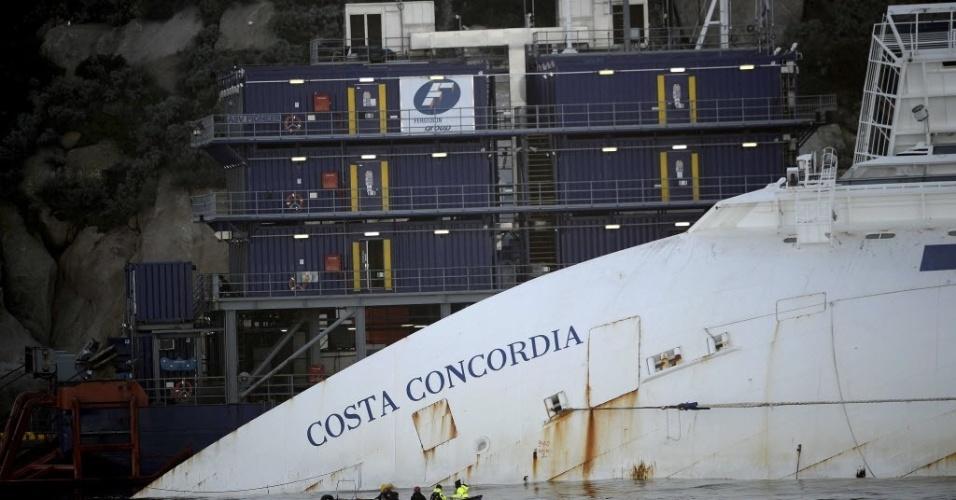7.jan.2013 - O navio Costa Concordia, que encalhou há um ano na ilha de Giglio, na Toscana (Itália), transportava 4.229 pessoas, entre elas mais de 3.200 passageiros. Trinta e duas pessoas morreram no naufrágio e os corpos de duas vítimas nunca foram encontrados