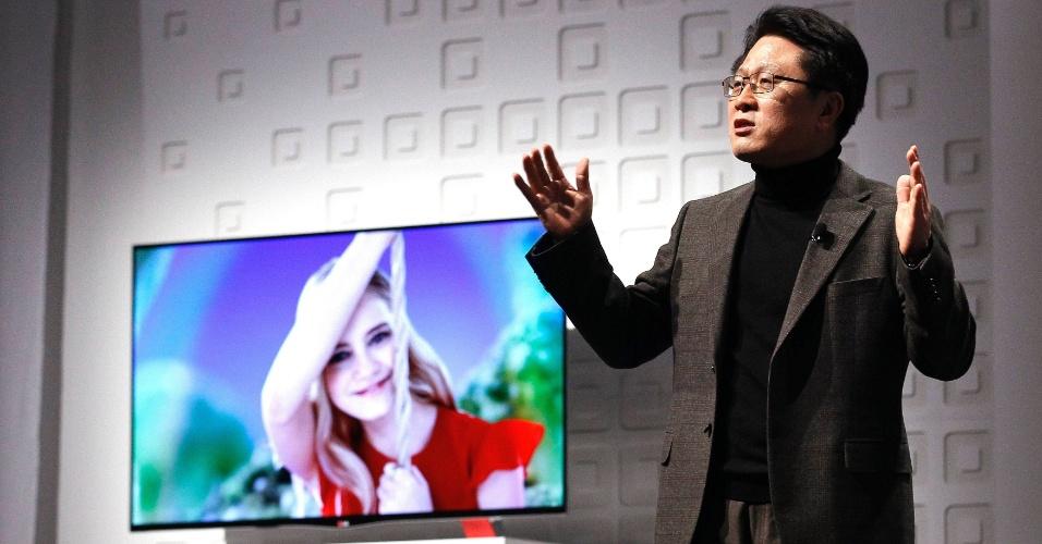 7.jan.2013 - Skott Ahn, diretor de tecnologia da LG, apresenta novos produtos da empresa durante o dia de eventos para a imprensa; feira vai de 8 a 11 de janeiro em Las Vegas