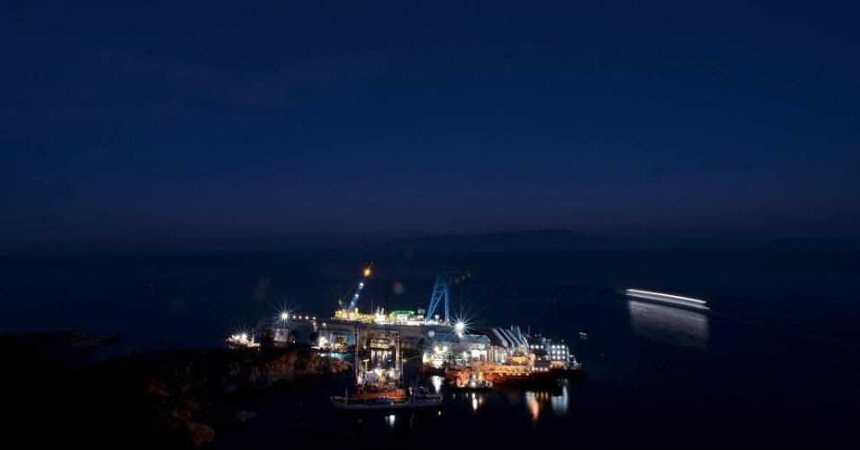 7.jan.2013 - Vista do navio Costa Concordia, que naufragou há quase um ano, na Ilha de Giglio, na Toscana (Itália). O local até se tornou atração para turista. Nesta segunda-feira (7), Francesco Schettino, o capitão do navio, queixou-se de ser