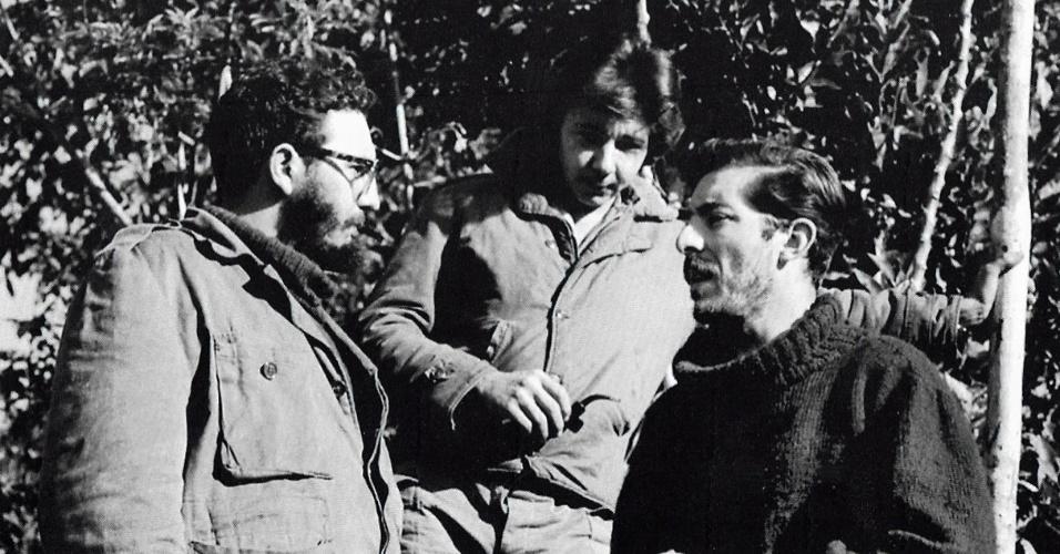 7.jan.2013- Foto tirada em dezembro de 1957 mostra o então líder cubano Fidel Castro e seu irmão, Raúl Castro, ao lado do fotógrafo espanhol Enrique Meneses, em Cuba. Meneses morreu neste domingo (6), aos 83 anos, após um longo período doente. Ele foi o primeiro repórter a subir a Sierra Maestra com Fidel Castro e Che Guevara em Cuba, durante quatro meses entre 1957 e 1958