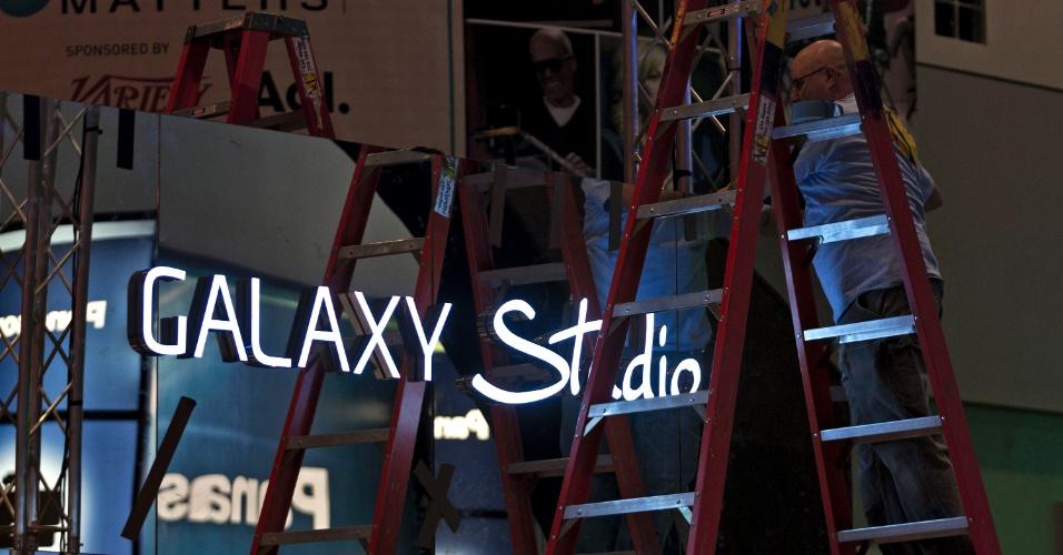7.jan.2013 ? Funcionários fazem últimos preparativos antes da abertura oficial da feira de tecnologia em Las Vegas. CES 2013 será realizada de 8 a 11 de janeiro