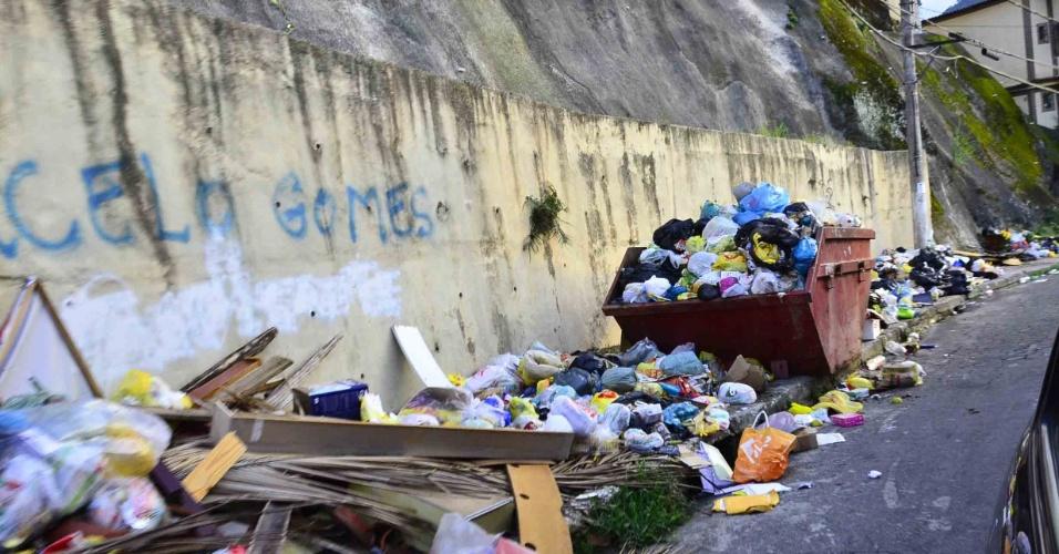 7.jan.2013- Lixo acumulado em rua do Morro do Abel, em Angra dos Reis (RJ), uma das áreas afetadas pelas fortes chuvas que atingiram a região nos últimos dias