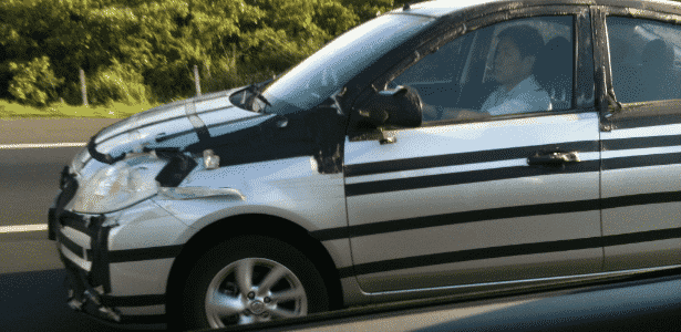 Nissan Versa semidisfarçado circula na rodovia Dom Pedro I, provavelmente testando câmbio automático - Tasso Gomes/UOL