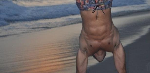 O brother se exercita em praia carioca.