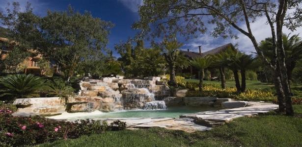 A cascata rústica foi construída com pedras e tem projeto assinado pelo paisagista Luiz Carlos Orsini - Divulgação