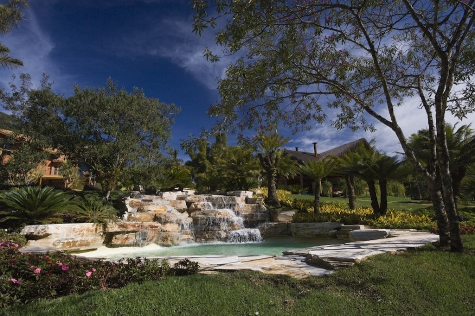 Uma bela cascata valoriza qualquer piscina, a da foto foi construída com rochas e tem projeto assinado por Luiz Carlos Orsini. As pedras conferem uma atmosfera mais rústica e natural ao ambiente