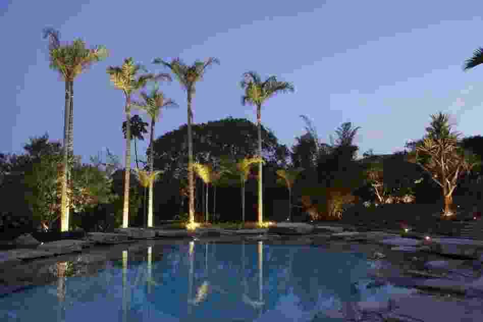 Uma piscina agradável deve se integrar harmoniosamente com o paisagismo e com a arquitetura existentes. Esse princípio pautou o desenvolvimento desse projeto assinado pelo paisagista Luiz Carlos Orsini, onde o revestimento de pedras naturais e a iluminação pontual foram utilizados para criar uma ambiência especial, natural e relaxante - Divulgação