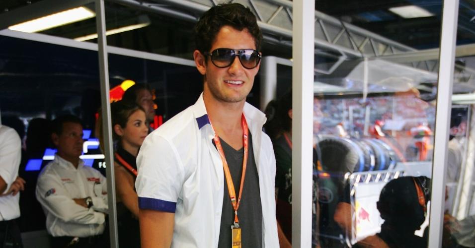 13.set.2009 - Atacante Alexandre Pato é fotografado nos boxes da Red Bull durante fim de semana do GP da Itália de Fórmula 1