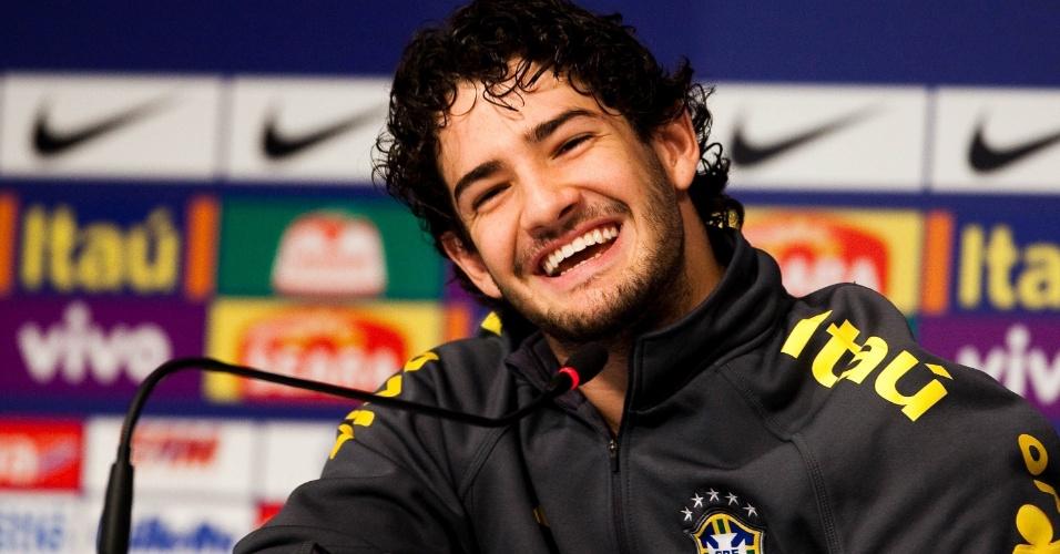 15.jul.2011 - Alexandre Pato sorri durante entrevista coletiva da seleção brasileira na Argentina