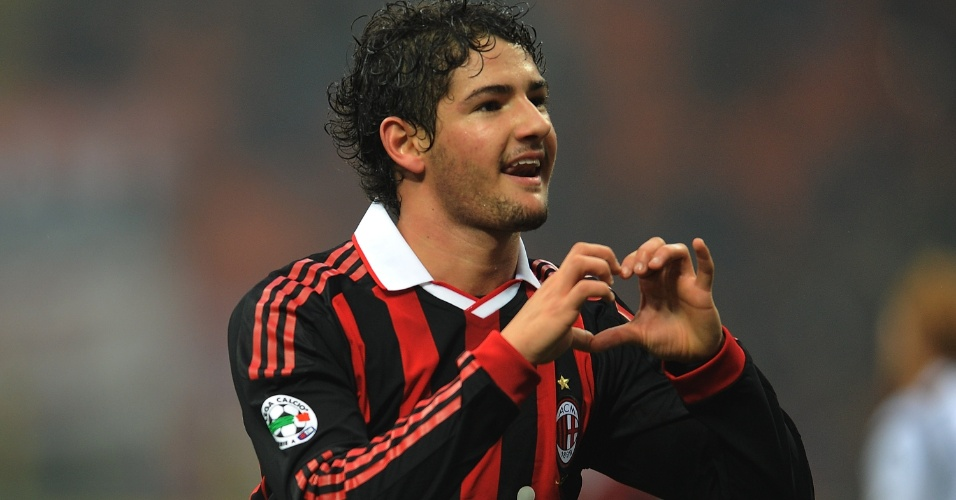22.nov.2009 - Alexandre Pato comemora um gol pelo Milan contra o Cagliari fazendo seu tradicional coração