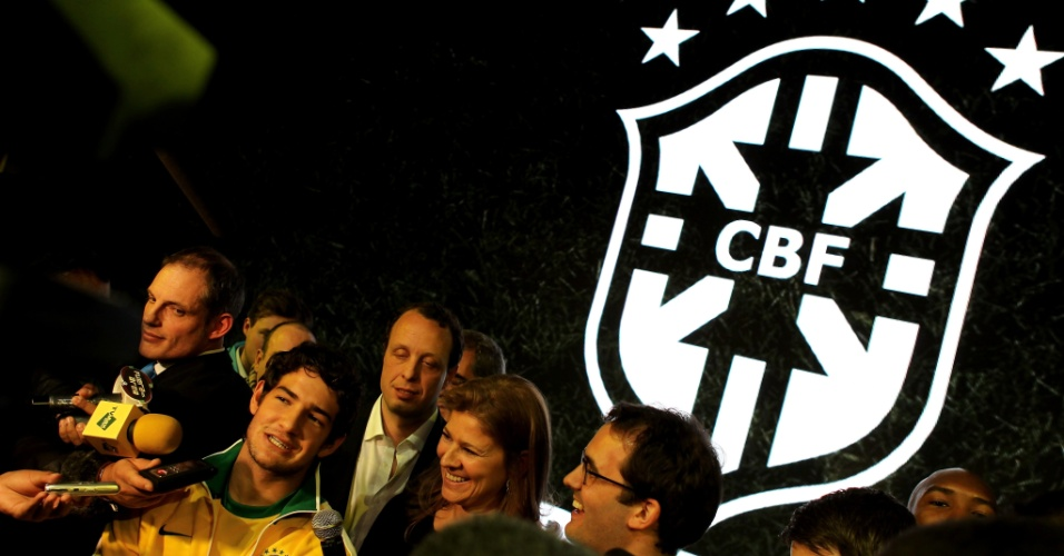 25.fev.2010 - Alexandre Pato concede entrevista após posar de modelo no lançamento da camisa da seleção brasileira para a Copa do Mundo da África do Sul