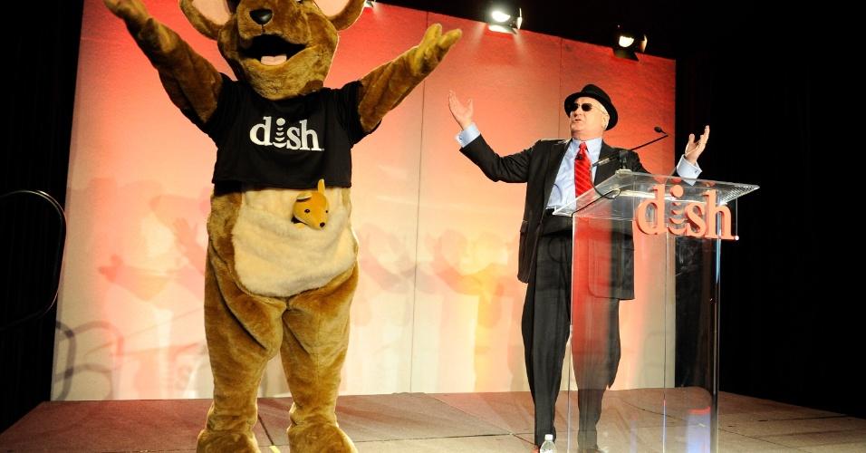 7.jan.2013 - Joe Clayton, diretor-executivo da empresa de transmissão de conteúdo via satélite Dish Network, faz apresentação com o mascote Hopper