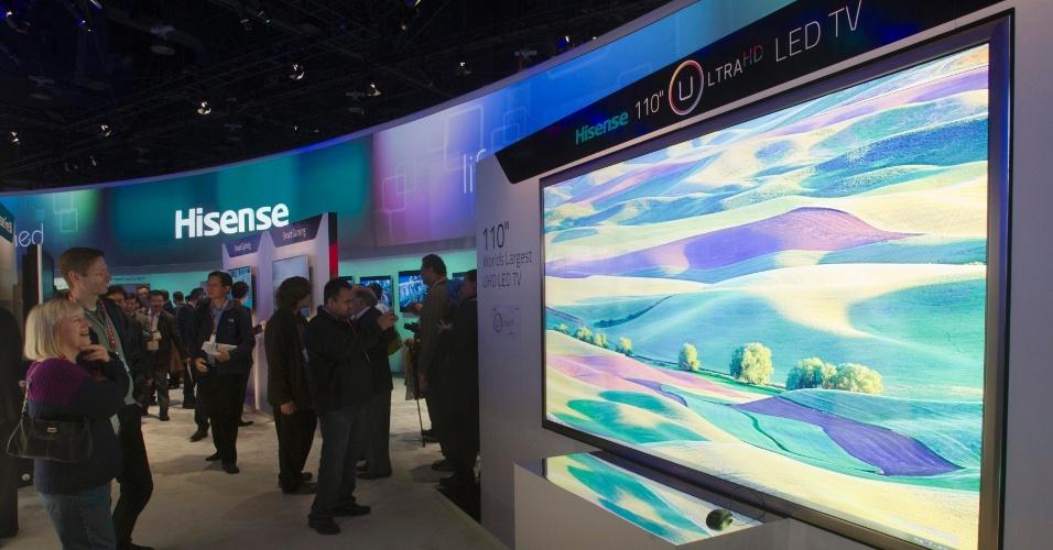 8.jan.2013 - A empresa Hisense exibiu no evento uma TV LED de ultradefinição com 110 polegadas: a maior apresentada na CES 2013. Assim como muitos dos produtos expostos no evento, não há data de lançamento ou preço da novidade