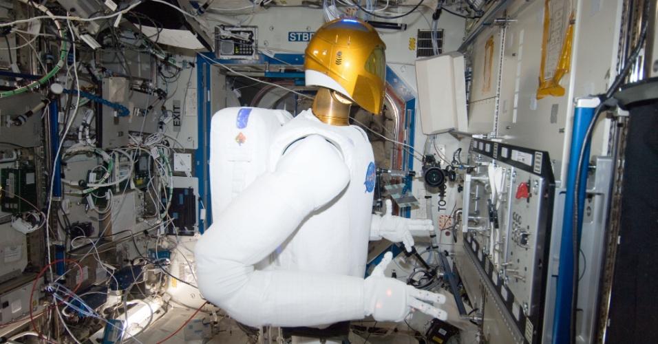 8.jan.2013 - A Nasa (Agência Espacial Norte-Americana) fez a primeira rodada de testes de um robô humanoide no espaço. O Robonauta 2, apelidado de R2 pela agência, operou válvulas em um painel do laboratório Destiny, da Estação Espacial Internacional (ISS, na sigla em inglês), com sucesso. A intenção, diz a Nasa, é que o robô execute tarefas de conserto e manutenção, enquanto os astronautas ficam com mais tempo para desenvolver projetos científicos