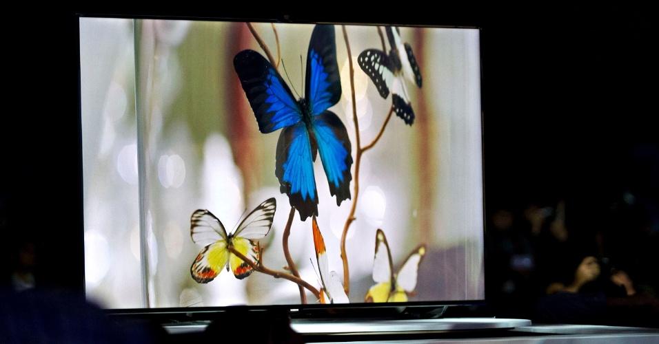 8.jan.2013 - A TV Samsung S9 UHDTV, de ultradefinição, impressiona pela grande moldura que envolve a tela (design bem diferente de outros modelos já lançados) e pode não agradar a todos os consumidores. Aparelho de 85 polegadas ainda não teve data de lançamento ou preço divulgado