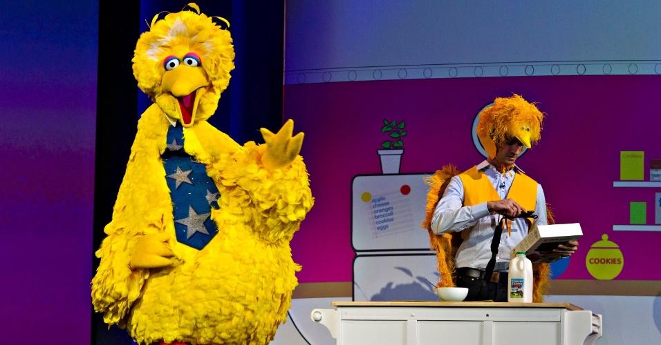 8.jan.2013 - Garibaldo, personagem da Vila Sésamo, subiu ao palco para apresentar um aplicativo para o publico infantil que reconhece palavras pela câmera do smartphone