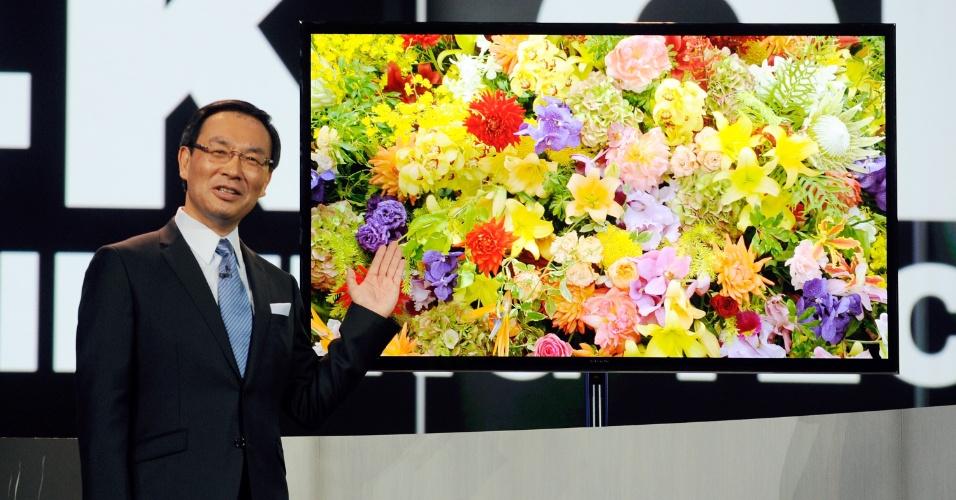 8.jan.2013 - Kazuhiro Tsuga, presidente e diretor-executivo da Panasonic, exibe TV de Oled com ultradefinição (tecnologia também chamada 4K, de 3.840 pixels x 2.160 pixels) e 56 polegadas. Assim como outros modelos parecidos apresentados no evento, a companhia não informou data de lançamento ou preço